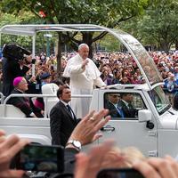 """Ferenc pápa """"melegen bátorítja"""" a szomszédságában letelepedő házfoglalókat"""