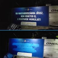 """""""Kék festékem van még"""" - Interjú a kormány gyűlöletkeltő plakátjainak megrongálójával"""