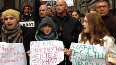 Bocsánatot kér-e hazugságaiért a Fidesz a székházánál demonstráloktól?