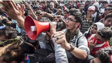 A terrorizmus miatt leültetett hangosbeszélős menekült valójában nyugtatta a tömeget Röszkén