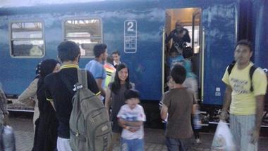 """""""Golyót beléjük"""" - MÁV-alkalmazottak és rendőrök zaklatták a menekülteket Cegléden"""
