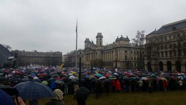 A jövőnkért tüntetnek! - élőben a tanárok Kossuth téri tüntetéséről