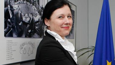 Orbán emberei zaklatták az Európai Bizottság biztosát