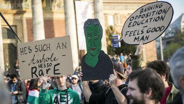 Akkor veszik el tőlünk a szabad oktatást, amikor épp tüntetünk érte