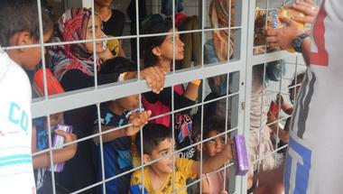Miért nem tudják Orbánék megoldani 2000 menekült normális elhelyezését?