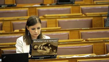 Ceaușescu nyomdokain - A Jobbik újrahasznosítaná az abortusztilalmat