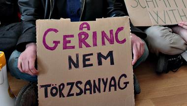 A gerinc nem törzsanyag - Képeink a HaHáról a SOTE rektori hivatalában