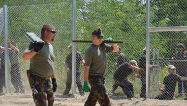 Kényszerközmunkával építi a szerb határra a kerítést a Fidesz