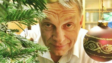 Itt van Orbán Viktor karácsonyi ajándéka: Olyan hülyének néz minket, mint egy darab mohát
