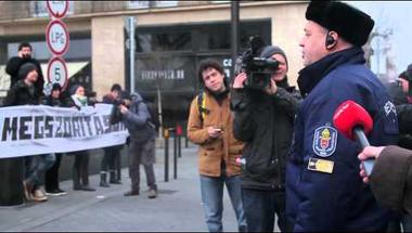 Így állták el a Parlament kocsibejáróját a kirekesztés és a megszorítások ellen tüntetők (videó)