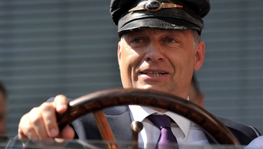 Orbán Viktor nyíltan és magasról szarna a magyar népre