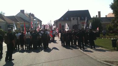 """Kődobálás Devecserben a Jobbik tüntetésen: """"Cionisták uszítják ránk a cigányokat"""""""