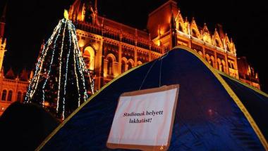 A szeretet mindenkié! - A Város Mindenkié sátrakkal foglalta el a Kossuth teret. A hajéktalan emberek hatósági üldözése és a szegénységben élők ellehetetlenítése ellen tüntetnek