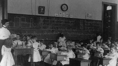Iskolapadba szorítva