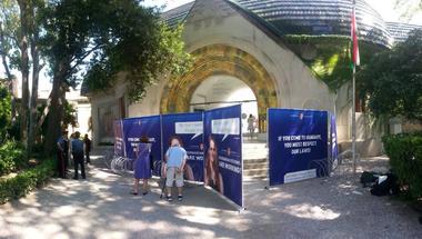 NATO-szögesdrótokkal vették körbe a magyar pavilont a Velencei Biennálén - Így tiltakoznak a magyar kormány menekültpolitikája ellen