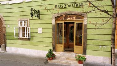 Az egész Budai Várat felfalják – kinyírja a híres Ruszwurm Cukrászdát a fideszes önkormányzat