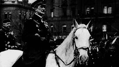 A Horthy-féle Magyar Állam álldogál az utcasarkon