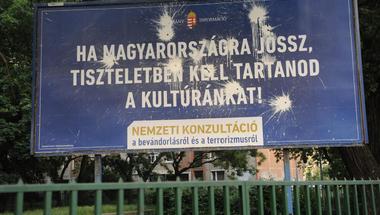 Normális államban a rendőröket sem üldözik tejfölös dobozos plakátok miatt