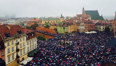 A lengyel nők óriási sztrájkkal tiltakoztak az abortusztörvény abszurd és kegyetlen szigorítása ellen