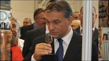Ami veszélyesebb Orbánra, mint a kétharmad elvesztése: Dal a boltok vasárnapi zárva tartásáról