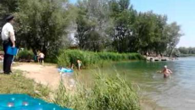Az Omszki tóban fürdött, bilincsben vitték el (videó)