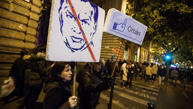 Netadó: Orbán nem hátrálhat meg