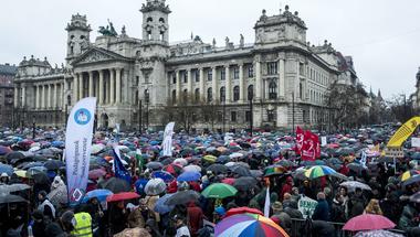 Annyi esélye van egy törvényes sztrájknak, mint annak, hogy Orbán a tanártüntetés élére áll