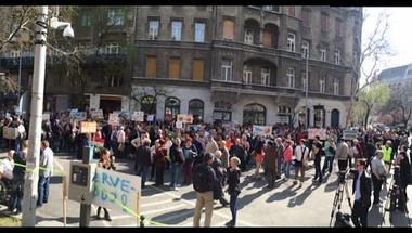 Demonstrálnak az Orbán-károsultak - Percről percre a Quaestor-ügy és a korrupció elleni tüntetésekről