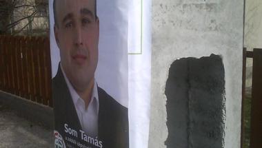A Jobbik leragasztja az LMP plakátjait!