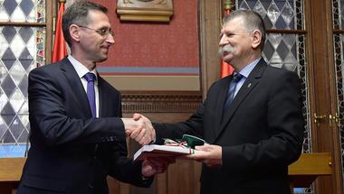 A költségvetés újratervezése nemcsak a kormányt minősíti, de a versenyképességet is rontja