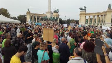 Budapest fáiért, a városunkért, a barbár rombolás ellen tüntetnek - percről-percre