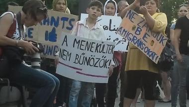 """""""Terroristaként kezelnek, pedig pont előlük menekülök"""" - tüntettek a nemzeti konzultáció ellen"""