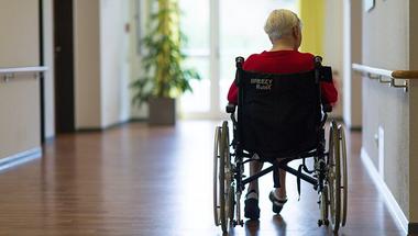 Mit művel a magyar kormány az idős emberekkel?