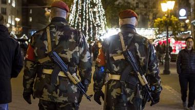 A 6. alkotmánymódosítással a Fidesz hadiállapotnak megfelelő teljhatalmat kap hadiállapot nélkül