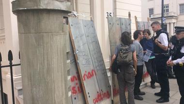 Falakat akartok? Akkor megkapjátok a falakat! - Barikádot emeltek a londoni magyar nagykövetség elé