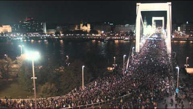 Így megy át 100 ezer ember az Erzsébet-hídon (videó)
