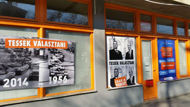 Putyin-plakátokkal hekkelték meg Orbán irodáit!