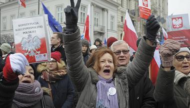 Parlamenti blokád, tüntetések Varsóban: szemébe mondták a lengyel illiberálisoknak, hogy szégyen, amit csinálnak