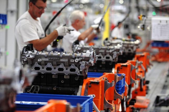 20130207-iparuzesi-ado-munkasok-motorokat-szerelnek.jpg