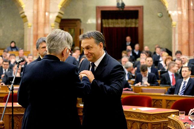 20111228-orban-viktor-parlament-nemeth-laszlone3.jpg