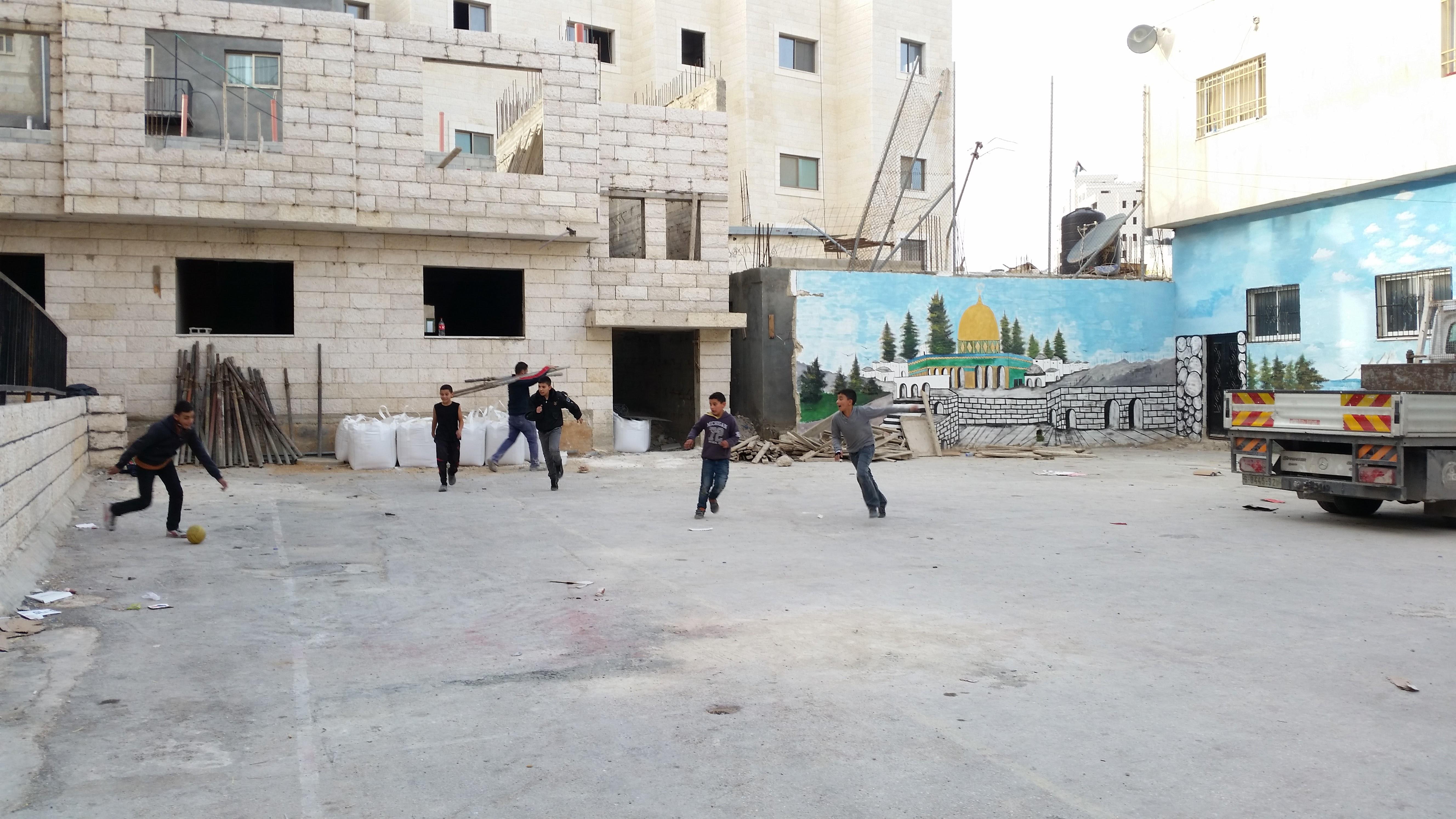 Gyerekek fociznak az UNWRA egyik menekült táborban Ramallah közelében. A menekült tábor 1949 óta működik.