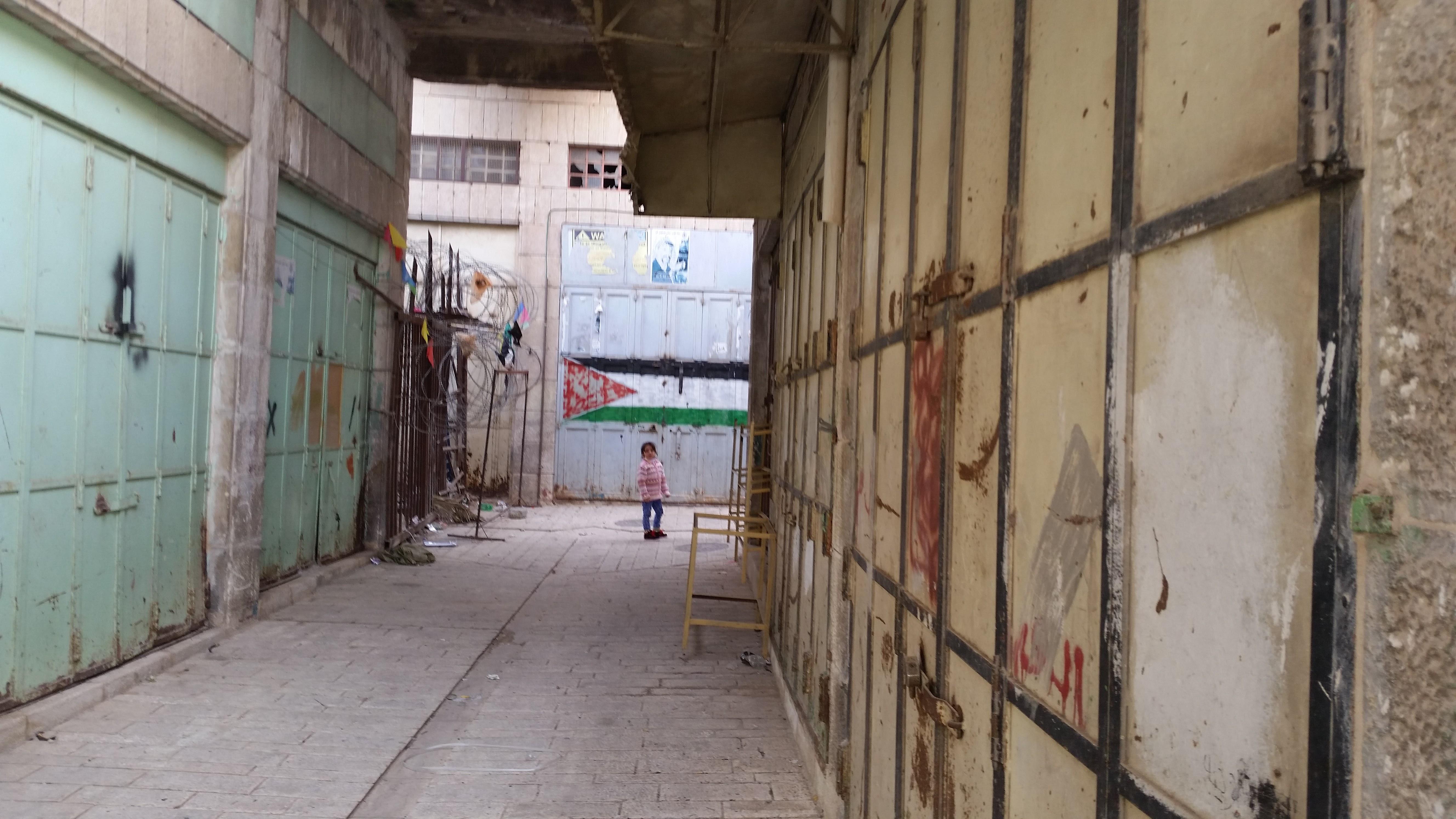Bezárt üzletek a régi piac negyedben, Hebronban, a palesztinok által lakott területen.