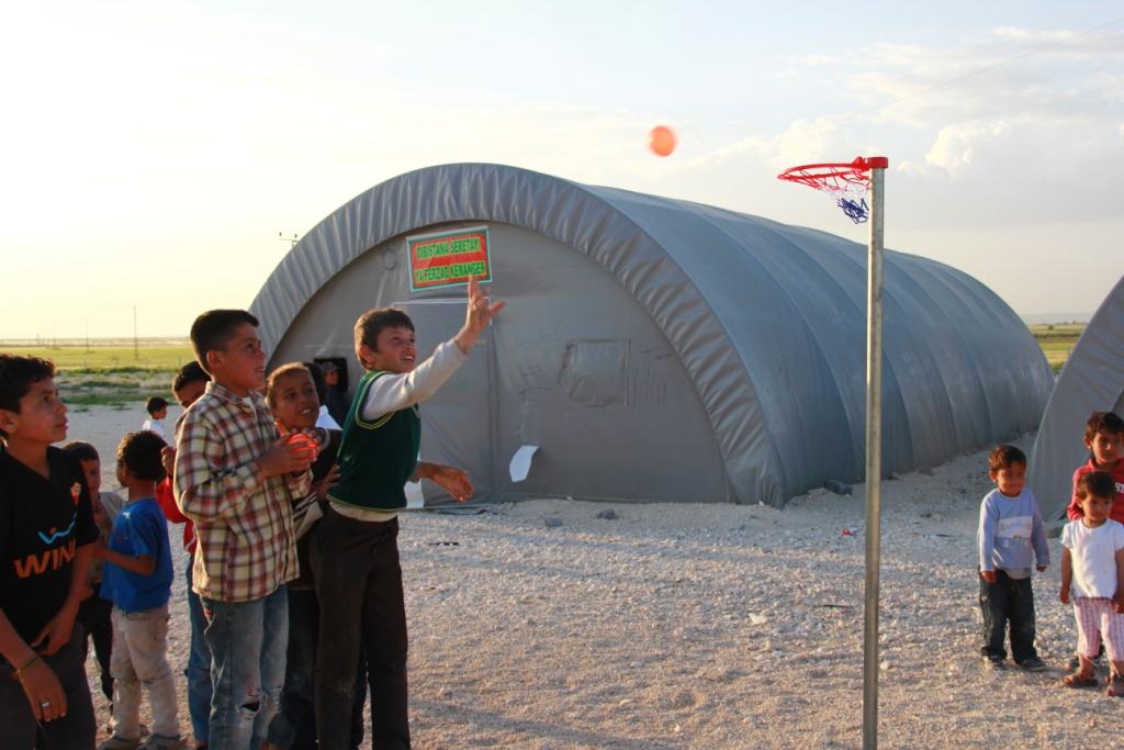 Magyaroktól és más külföldiektől gyűjtöttünk pénzt, hogy megvegyük a gyerekek első játékait, mióta a táborban voltak.