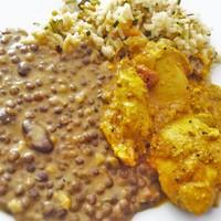 Indiai vajas csirke és fahéjas-tejszínes lencse, zöldséges sült rizzsel