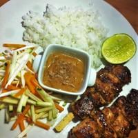 Csirkenyárs mogyorószósszal, rizzsel, salátával