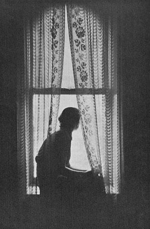 lany-kinez-az-ablakon-merengve.jpg