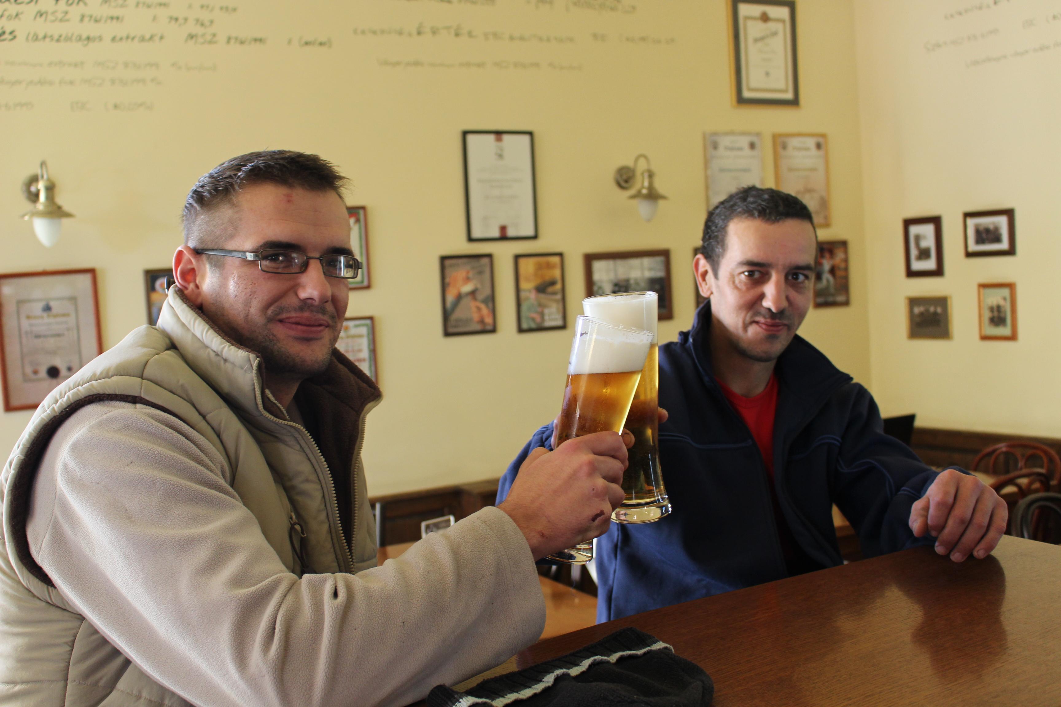 Helyi erők, mondjuk azt, sörkedvelők. :)