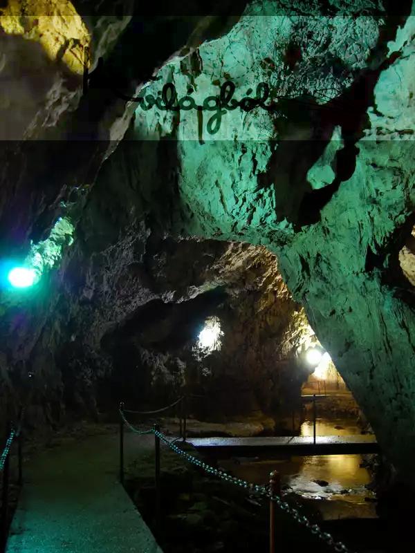 A barlangban részben betonozott úton haladhatunk