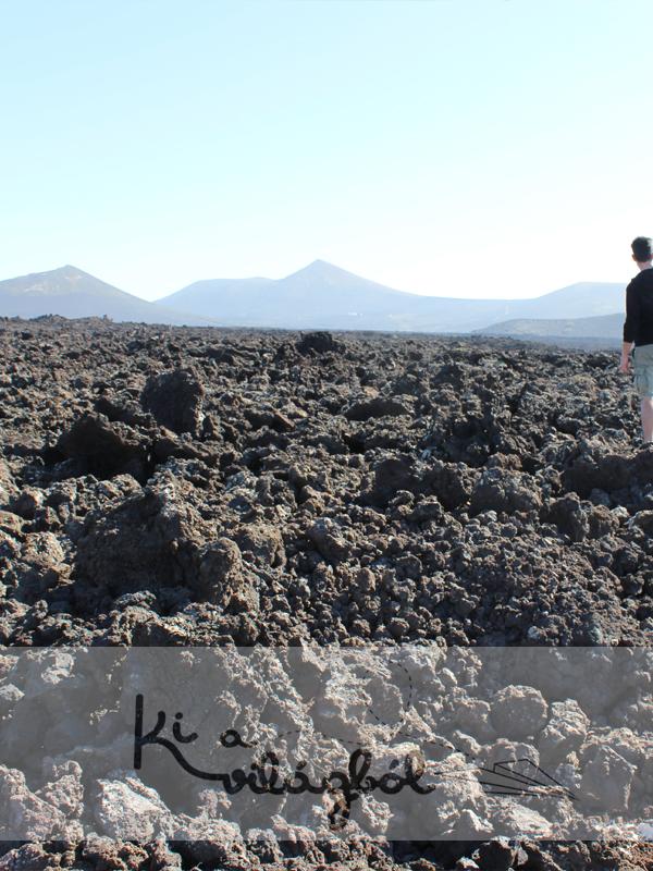 Végtelen lávamezők néhány vulkánnal megspékelve.