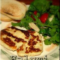 Grillezett halumi sajt salátával